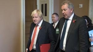 Före detta utrikesminister Boris Johsnon och brittiska ambassadören i Washington Kim Darroch.