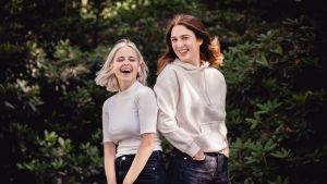 Malin Enkvist & Siri Fagerudd som sänder X3M Sommarmorgon skrattar.