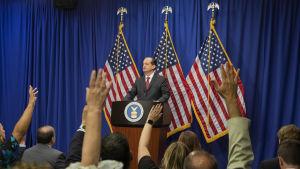 Alexander Acosta avgår inte, säger han på stormig presskonferens.