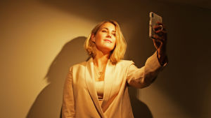 Molly Sandén tar en selfie