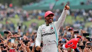 Lewis Hamilton pekar uppåt från en folkmassa.