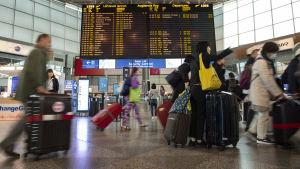 Helsinki-Vantaan lentokentällä matkalle läähteviä ihmisiä