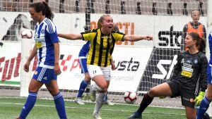 Milla Punsar firar 1–1 målet.