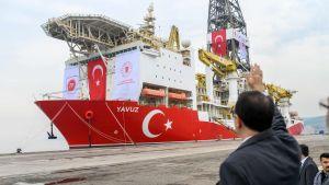 Fatih Domnez, Turkiets minister för energi- och naturresurser vinkade av borrningsfartyget Yavuz i en hamn i Istanbul den 16 juli, då fartyget var på väg mot Cypern.