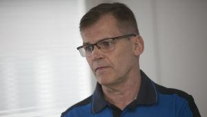 Kari Niemi-Nikkola med allvarlig min.