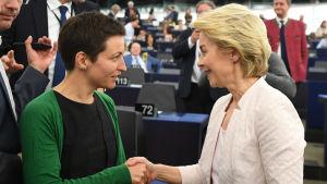 Blivande kommissionsordföranden Ursula von der Leyen (t.h.) gratuleras av gröna gruppledaren Ska Keller.