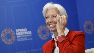 Christine Lagarde ler.