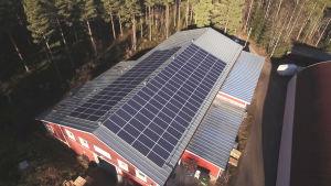 Solpaneler på en fastighets tak.