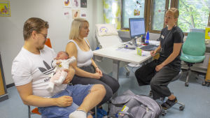 Anssi Mikkola ja Ronja Darth kävivät 1 kuukauden ikäisen lapsensa kanssa Espoon keskuksen neuvolassa.