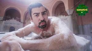 Gogi turkkilaisessa hamamissa vaahdotettuna