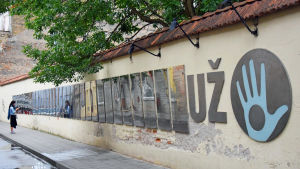 Republiken Užupis konstitution på flera språk i Vilnius.