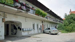 Ett gammalt bernhardinkloster är numera radhus i Užupis i Vilnius.