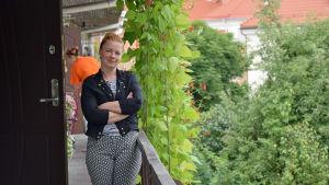 Galina Zdanovitj utanför sin bostad i ett gammalt bernhardinkloster i Užupis i Vilnius.