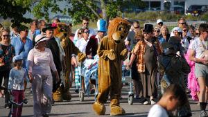 Lejonet går först i paraden.