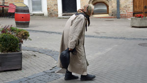 Gammal kvinna på gatan i Vilnius.