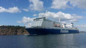 M/S Finnswan har nyss startat från hamnen i Nådendal.