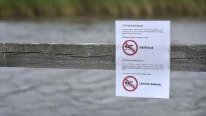 en skylt om badförbud vid en badstrand