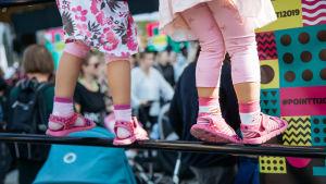 Lasten kesäsandaaleissaan seuraavat seuraavat Pikku Kakkosen ohjelmaa.