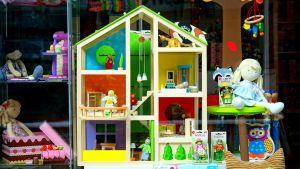 ett färgglatt dockskåp med många rum