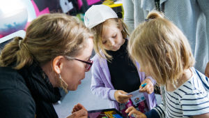 Lapset tutustuvat Pikku Kakkosen sovellukseen.