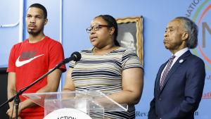 Dottern Emerald Garner med sin bror Eric Garner Jr. samt baptistpastorn Al Sharpton välkomnade fredagens beslut att stänga av polismannen Daniel Pantaleo.