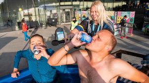 Pilvi ja Kalle Palander suorittamassa Villi Kortti -studiotehtävää, eli juomassa olutta paljussa.