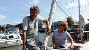Erik Berg och Aila Kempas, ett solbränt par ombord på en segelbåt.