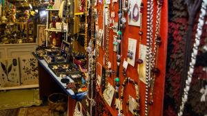 En hel del smycken till salu