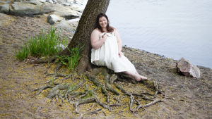 Anne Kolehmainen vid ett träd.