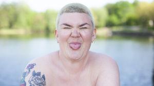 Enni Grundström visar tungan och ser glad ut.