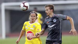 Petteri Forsell jagar en boll i luften tillsammans med Elvis Stuglis.