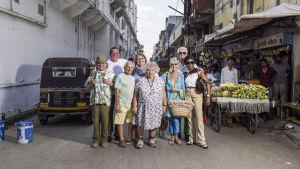 Määränpäänä Intia -sarjan brittieläkeläiset ryhmäkuvassa intialaisella kadulla