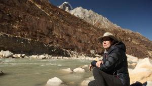 Sue Perkins Gangesin rantakivillä joen alkulähteillä Himalajalla