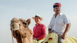 Michael Portillo ratsastaa kamelilla sarjassa Junamatka Itään