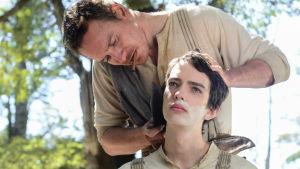 Silas Selleck (Michael Fassbender) ja Jay Cavendish (Kodi Smit-McPhee)