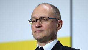 Sergei Kirienko i närbild. Han har kostym och glasögon.