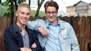 Linus Mäkelä och Felix Lönnqvist står vid ett staket.