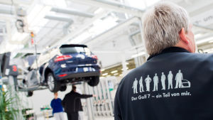Volkswagenanställda i fabriken i Wolfsburg i Tyskland 21.10.2015