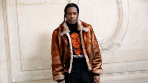 Asap Rocky klädd i en pälsjacka och svart t-skjorta.