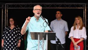 Labours ordförande Jeremy Corbyn håller tal för partifolk.