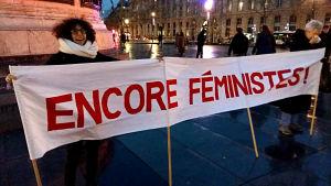 Feminister protesterar mot machosamhället.