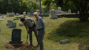 """Bild från filmen """"The Dead Don't Die"""" där skådespelarna Bill Murray och Adam Driver inspekterar en öppen gravplats."""