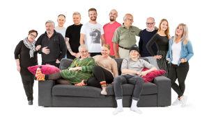 Kuvassa Soile ja Jorma, Jarno ja Perttu, Juha ja Markus, Juoko ja Esko, Iida ja Nelli sekä sohvalla Eila, Minna ja Olli.