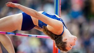 Ella Junnila korkeushyppäämässä riman yli.