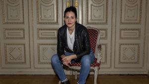 På bilden syns komikern och skådespelaren Nour El Refai.