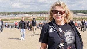 Soili Karme på en motorsportarena med en t-skjorta med Jarno Saarinen.
