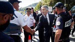 Spaniens inrikesminister Fernando Grande-Marlaska skakar hand med flera franska poliser i gränsstaden Biriatou. Säkerhetsåtgärderna inför G7 mötet är stora.