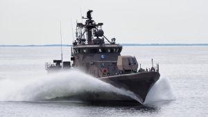 Militärfartyg kör ute på havet