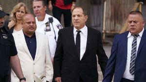 Harvey Weinstein lämnar den högsta domstolen i New York.