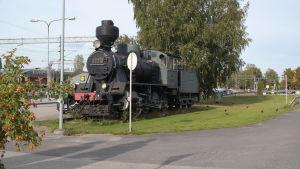 Gammalt ånglok som står på Karis station